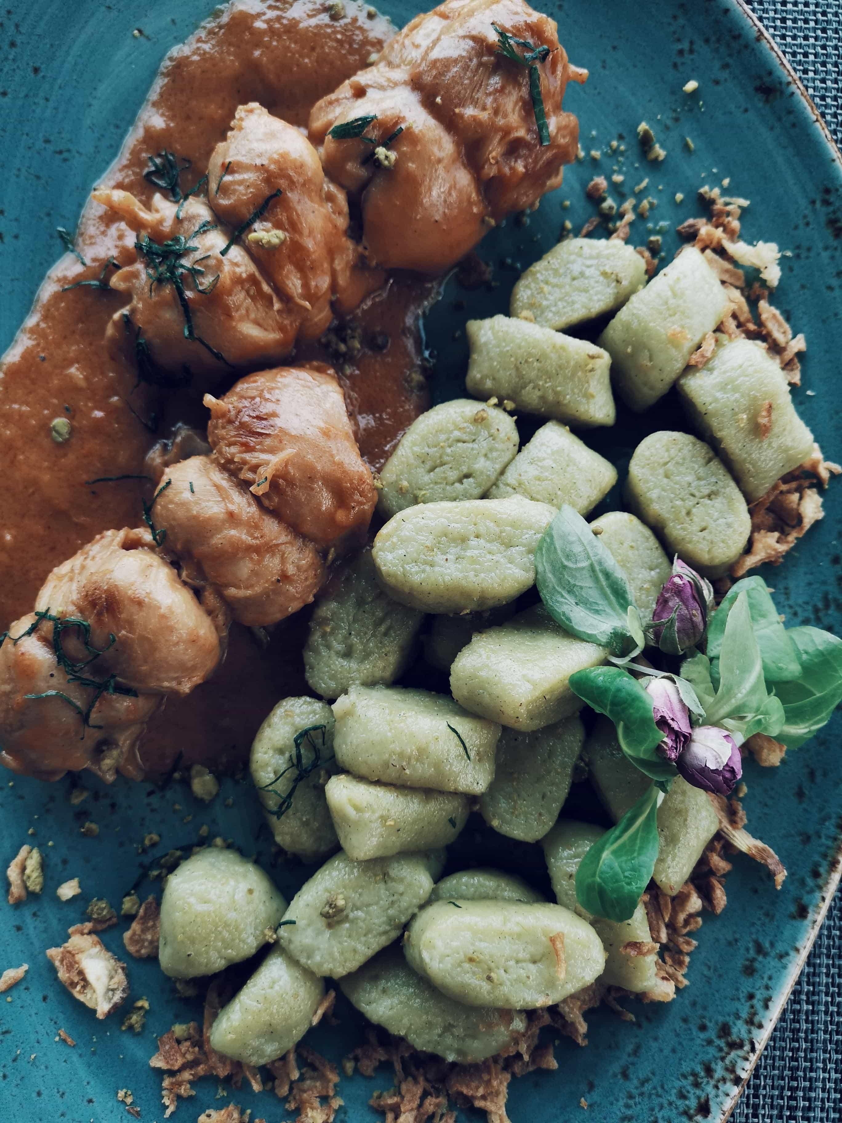rolana piletina i njoki od tikvice na plavom tanjuru