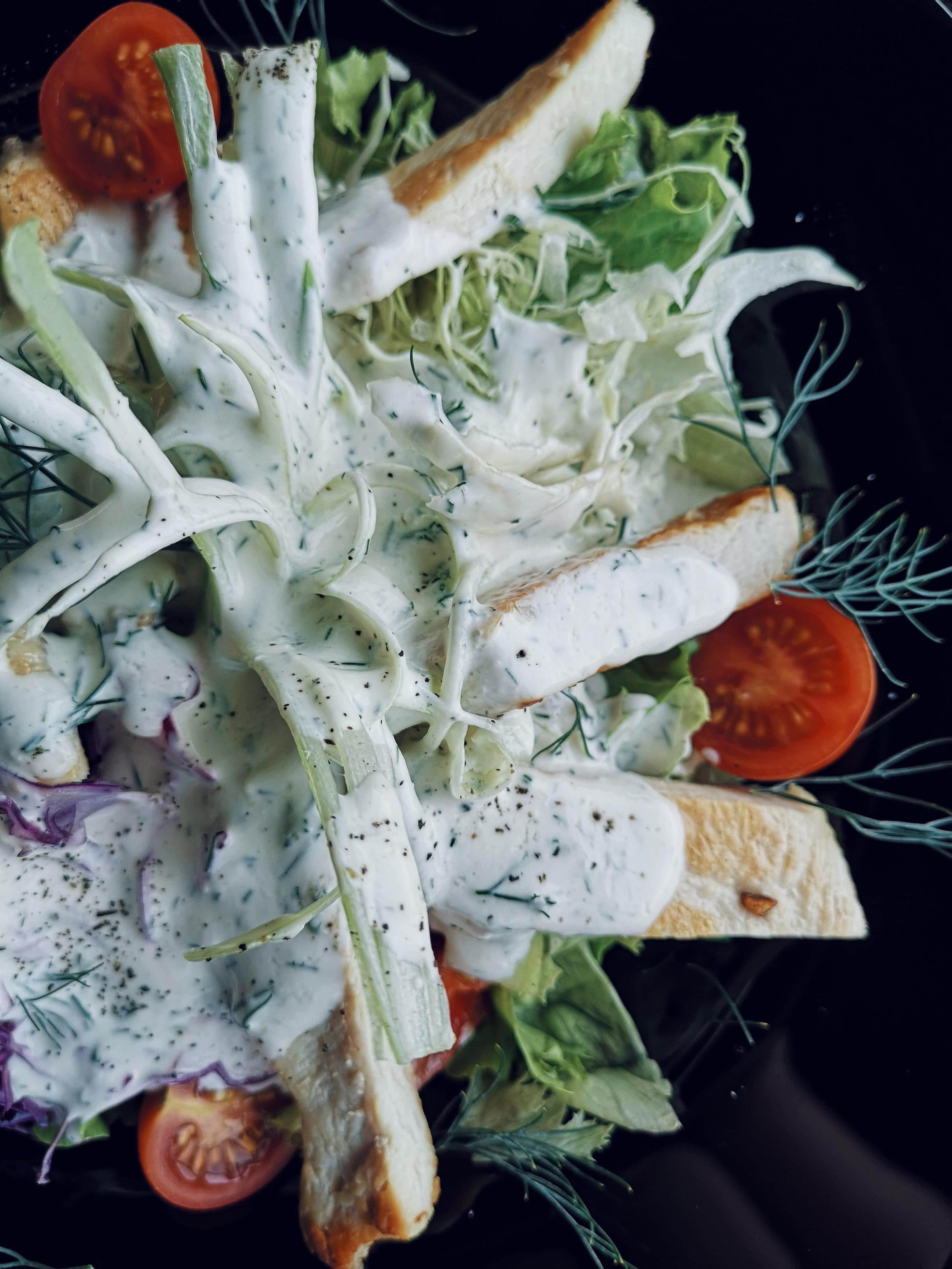 salata od piletine na tamnom tanjuru