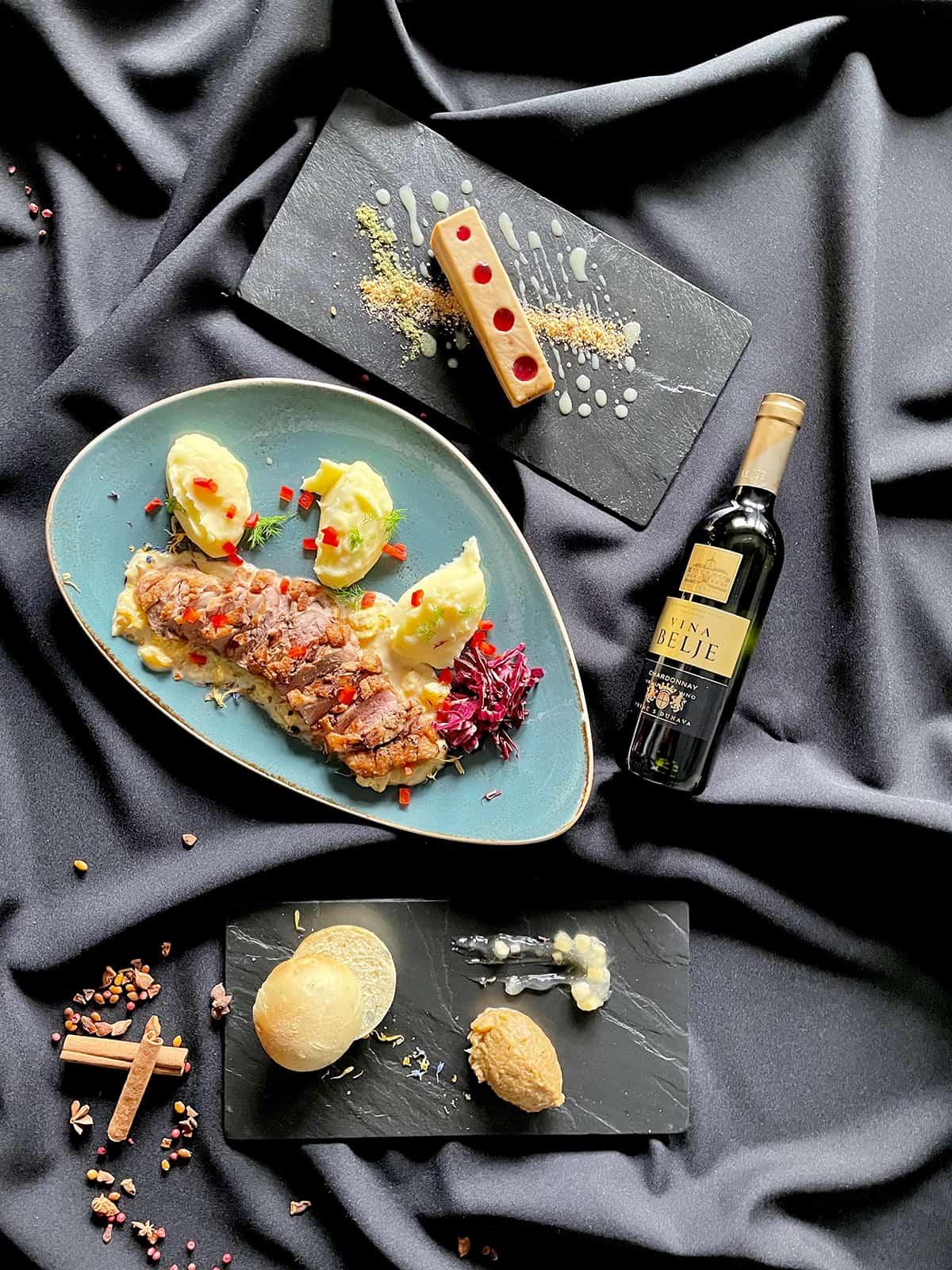 Hrana i vino na crnoj pozadini