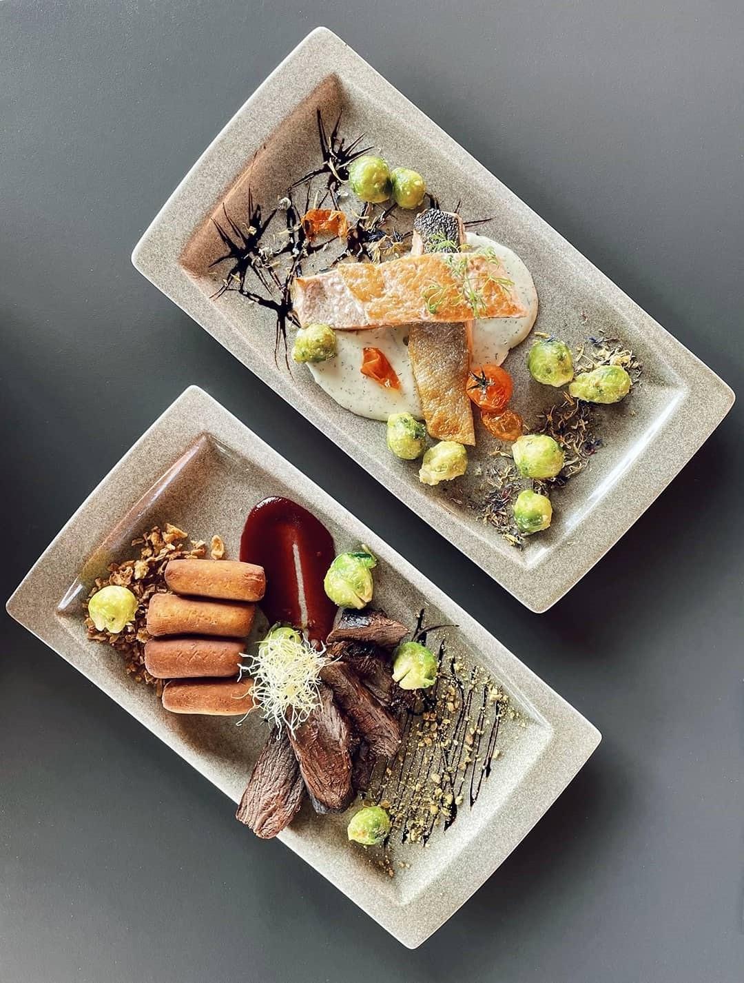 Ukusna hrana servirana na dva tanjura